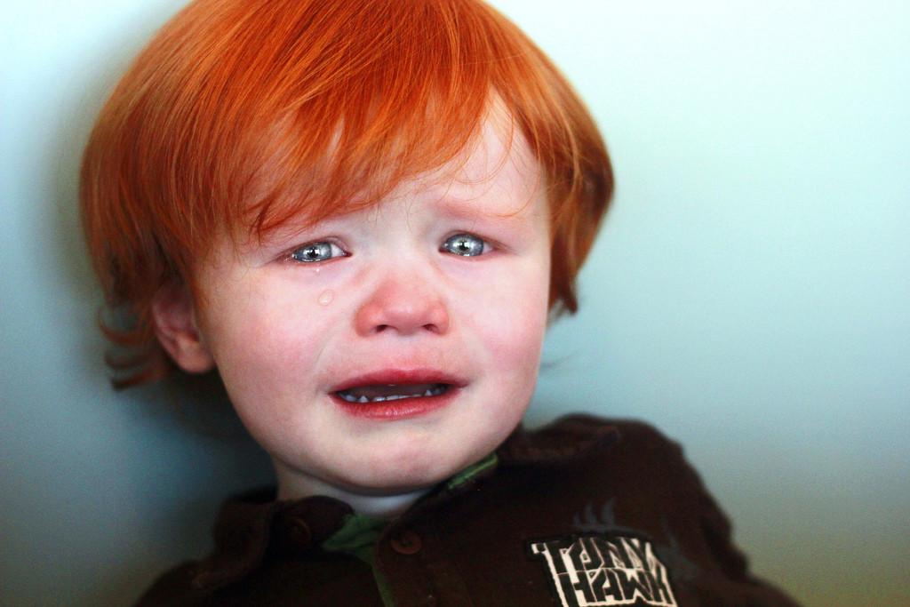bebé pelirrojo llorando
