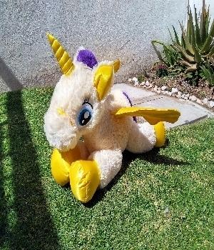 Imagen de Unicornio de peluche 75 cms amarillo  numero 0