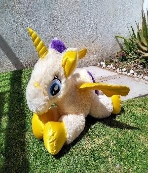 Imagen de Unicornio de peluche 75 cms amarillo
